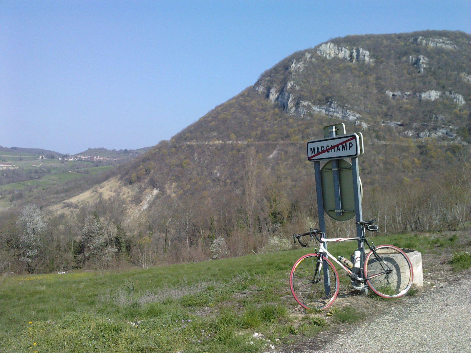 La route à flanc de montagne, au fond le village de LOMPNAZ