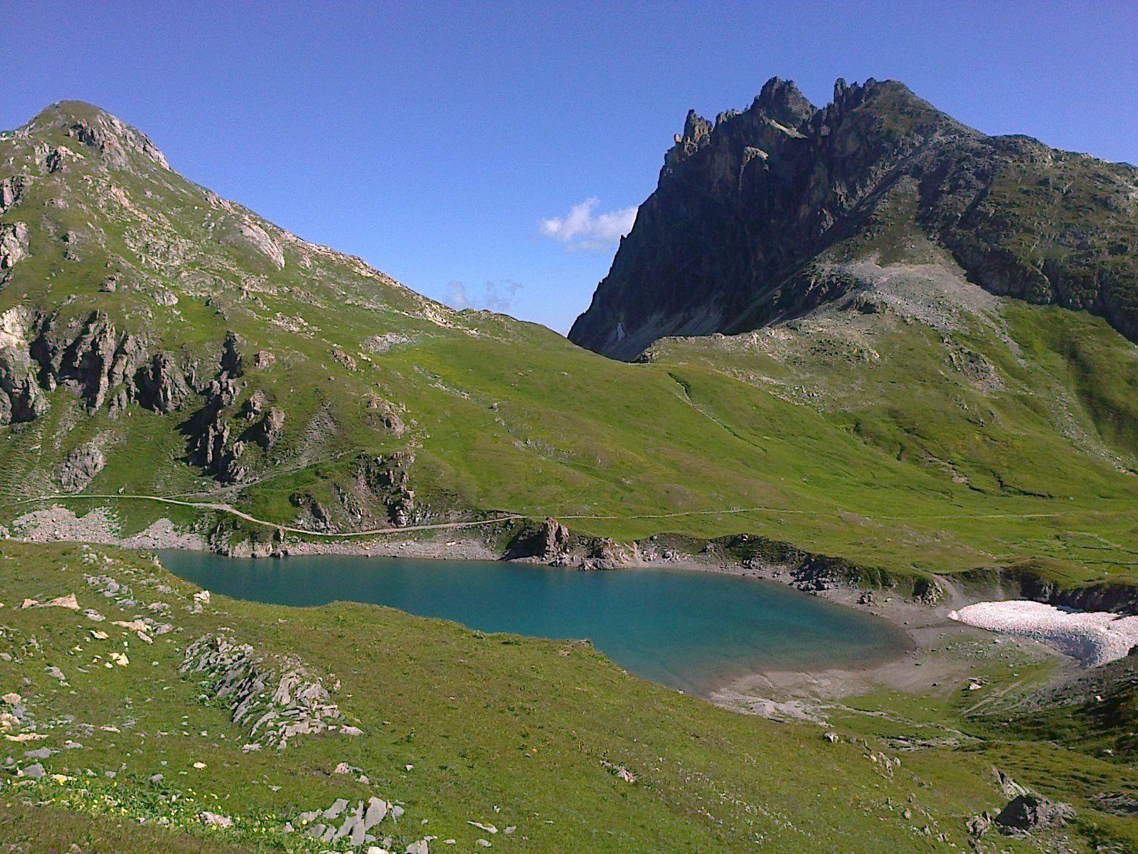 Le lac du Grand Ban et la piste (en face le dernier col que j'irais chercher, le col de la Plagnette)
