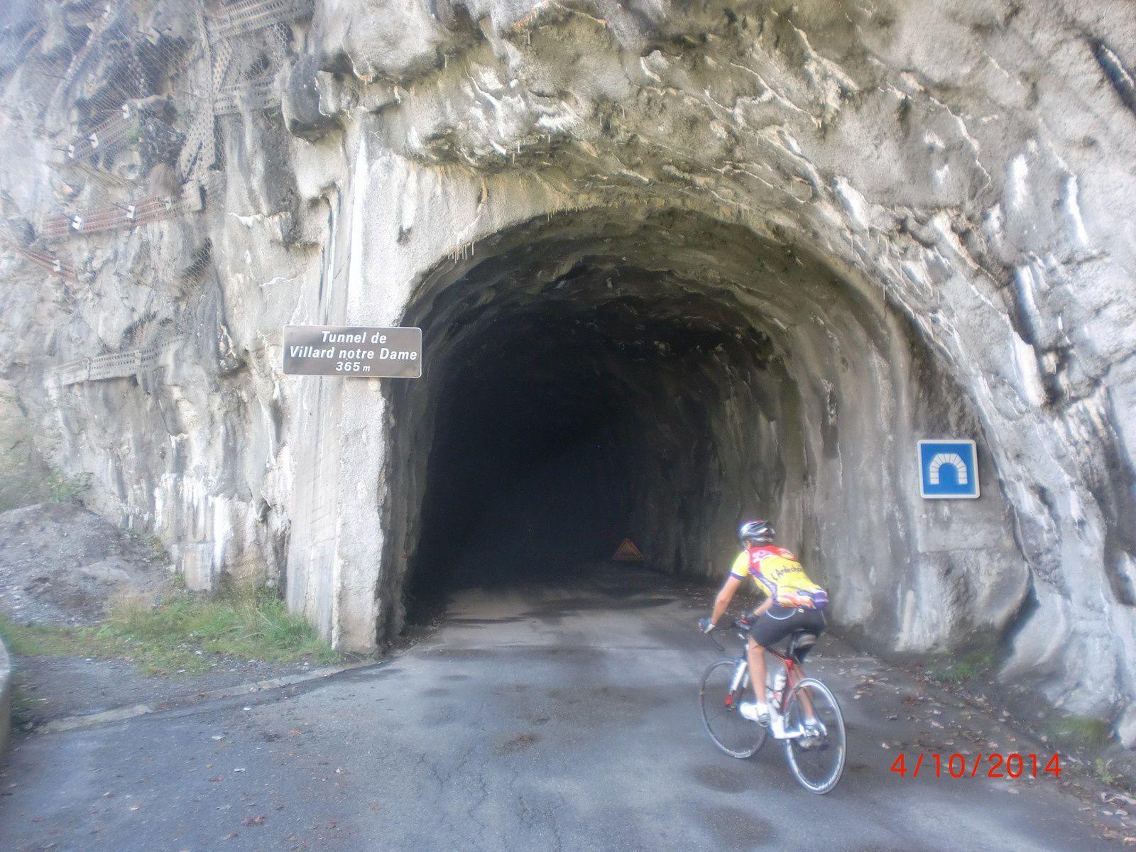 Route en corniches à l'ombre et tunnels sombres