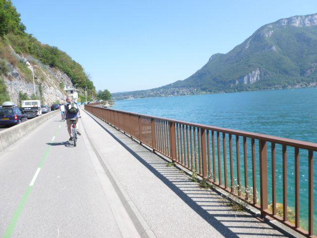 L'arrivée sur Annecy par la piste cyclable