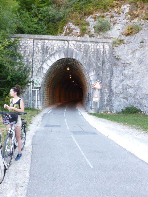 Sortie du tunnel éclairé (ex-ferroviaire) de Duingt