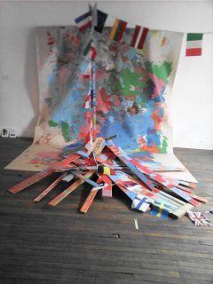 Le radeau pour Cythère de Julian Rivière (2016) Installation  constituée d'une palette EUR EPAL et d'une guirlande de fanions aux couleurs des pays de l'UE