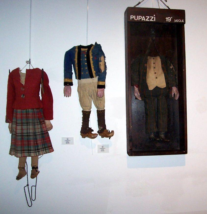 A droite les trois humanettes ( dont une dans sa vitrine) A gauche Détail de la marionnette avec klit
