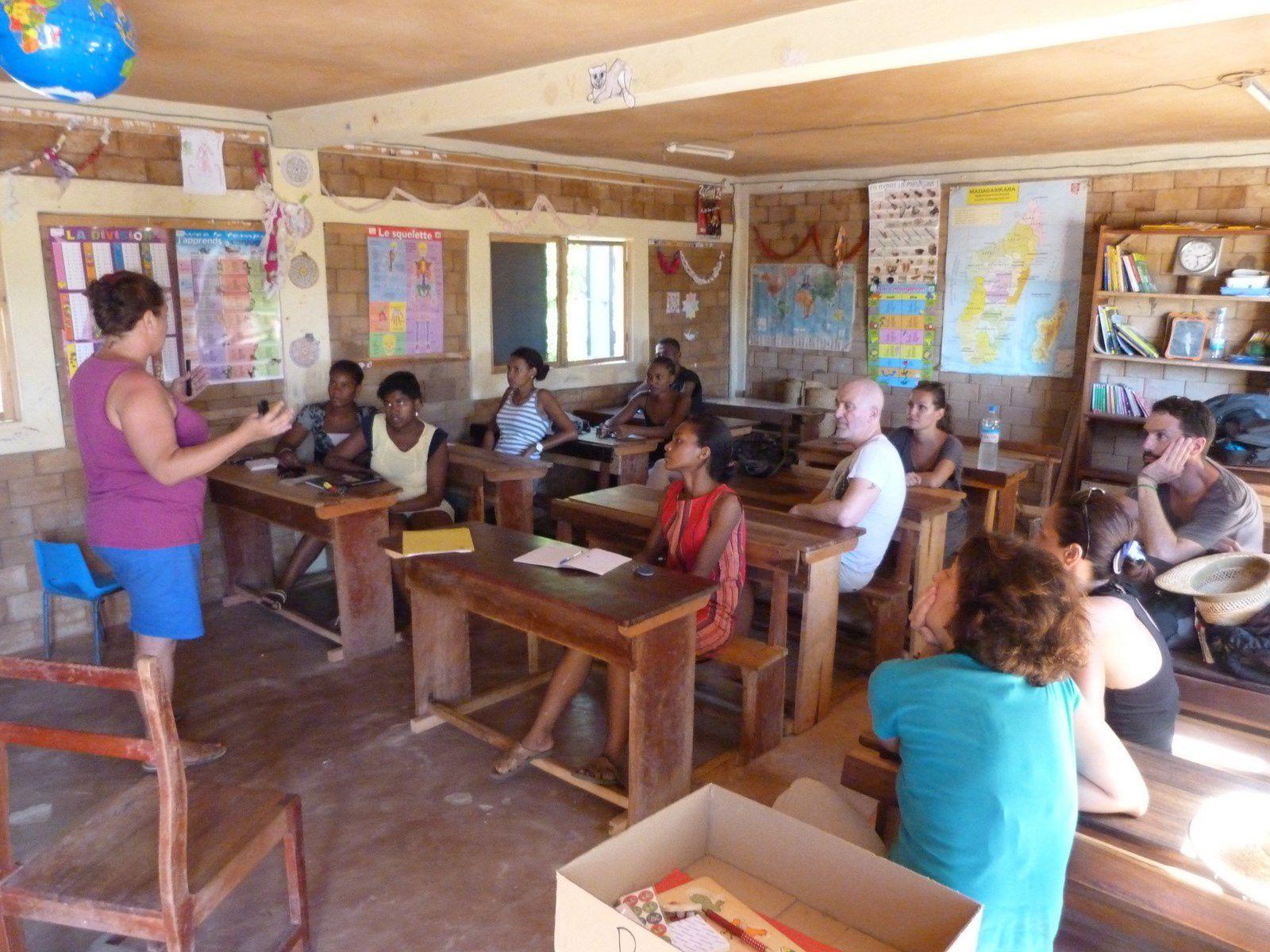 Benoit soigne Peristo et Marielle explique le bon usage des mallettes pédagogiques