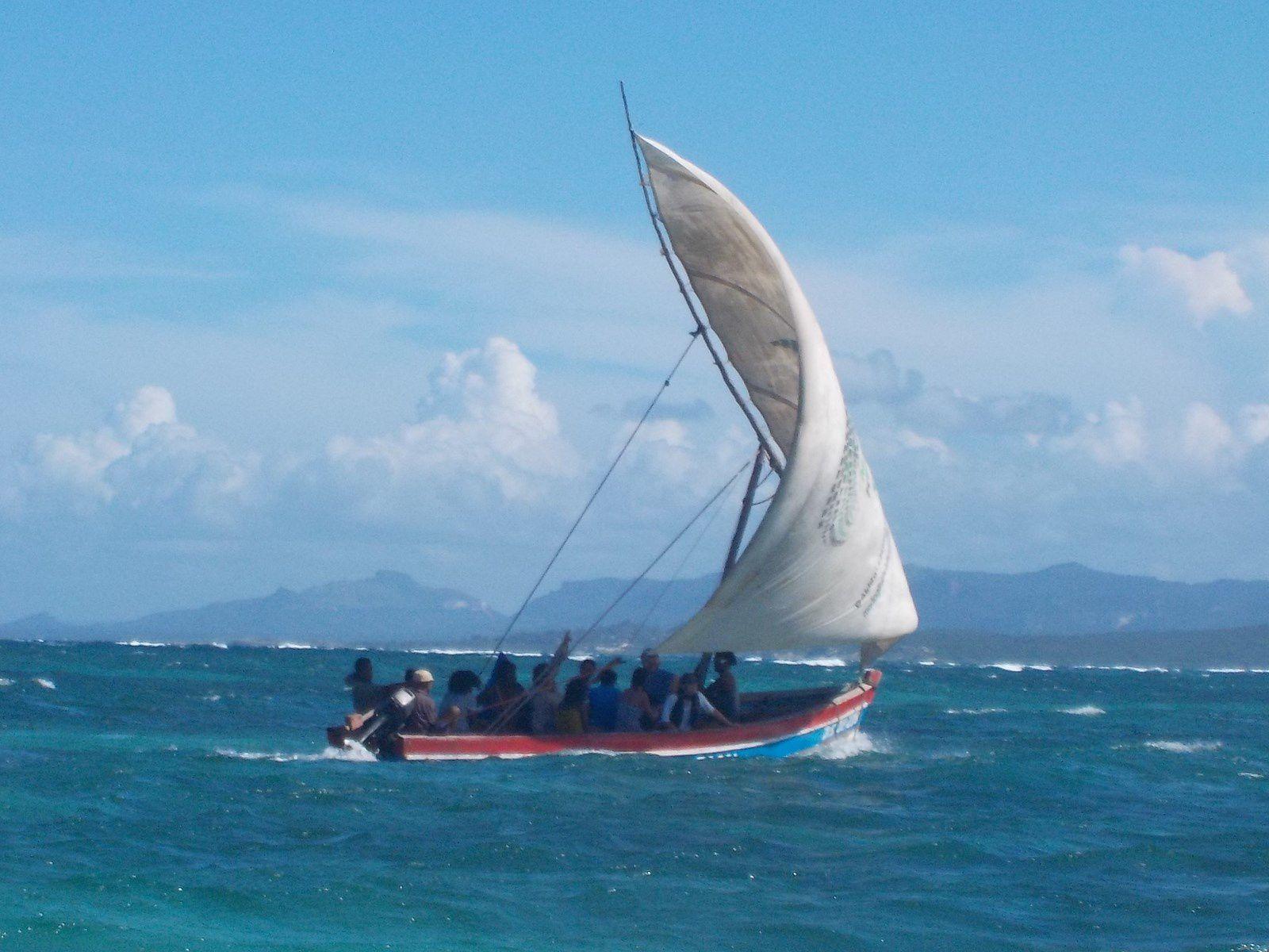 un dimanche pour souffler, c'est nécessaire pour supporter le rude quotidien &#x3B; toute l'équipe s'est accordé un dimanche en mer d'Emeraude &#x3B; skippers : Richard et Joe le papa de Zina + Micka pour aider à la manoeuvre &#x3B; sur place, la mer se retire très loin car c'est marée d'équinoxe &#x3B; dans la gargote d'Elodie (CE2) un mobile fait avec des coquillages par les enfants &#x3B; le soir, revenu dans le village, je médite devant les pigeons qui cherchent leur pitance devant les gargotes, surtout l'un d'entre eux, qui n'a plus qu'une patte, il saute inlassablement toutes les secondes pour survivre &#x3B; il est le symbole de son pays
