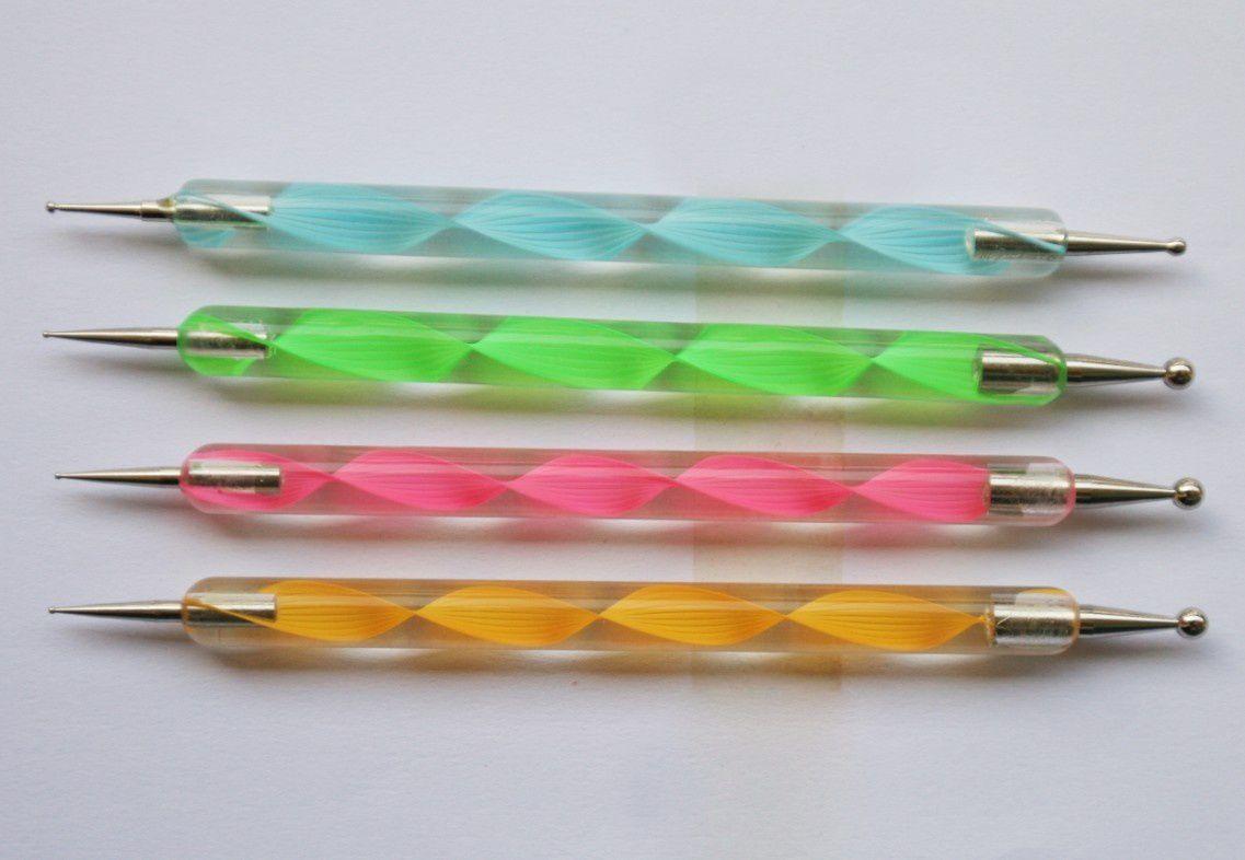 J'ai ensuite découvert un outils magique : le dotting tool ! Il permet de faire des pois avec n'importe quel vernis. Il suffit de tremper l'embout (il existe plusieurs taille de dotting tool) dans le vernis et de l'appliquer sur l'ongle.