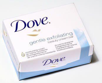 Le pain de toilette Dove est recommandé pour les peaux sensibles car il ne dessèche pas la peau grace à son pH neutre, il exfolie l'épiderme. Ce savon permet d'affiner le grain de peau et favorise le renouvellement cellulaire. Faites mousser le savon et frottez doucement le visage. Vous sentirez les microbilles fondrent sous la mousse pour un effet tout doux !