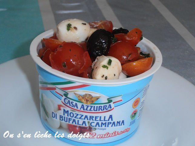Salade expresse tomates, mozzarella, olives et basilic.