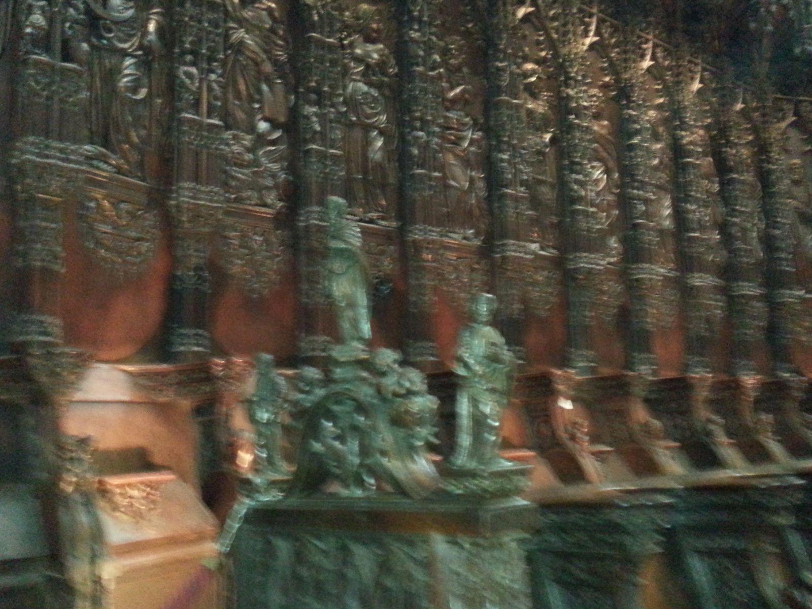 Détail de sculptures séparant des sièges à haut dossier réservés aux ecclésiastiques.