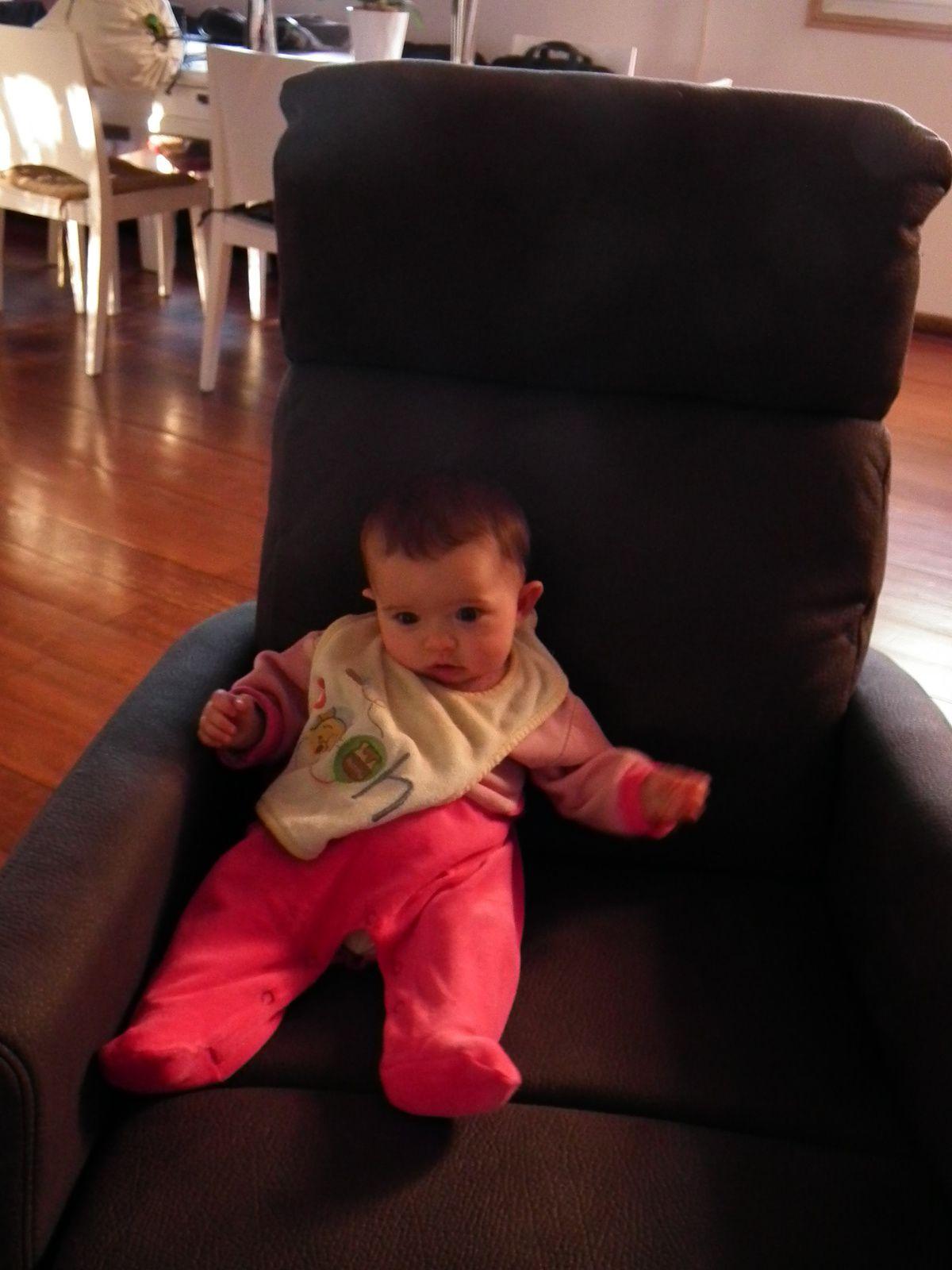 Quand Madonie va à la crèche et tient assise (9 août - 4 septembre 2016 : 4 mois)