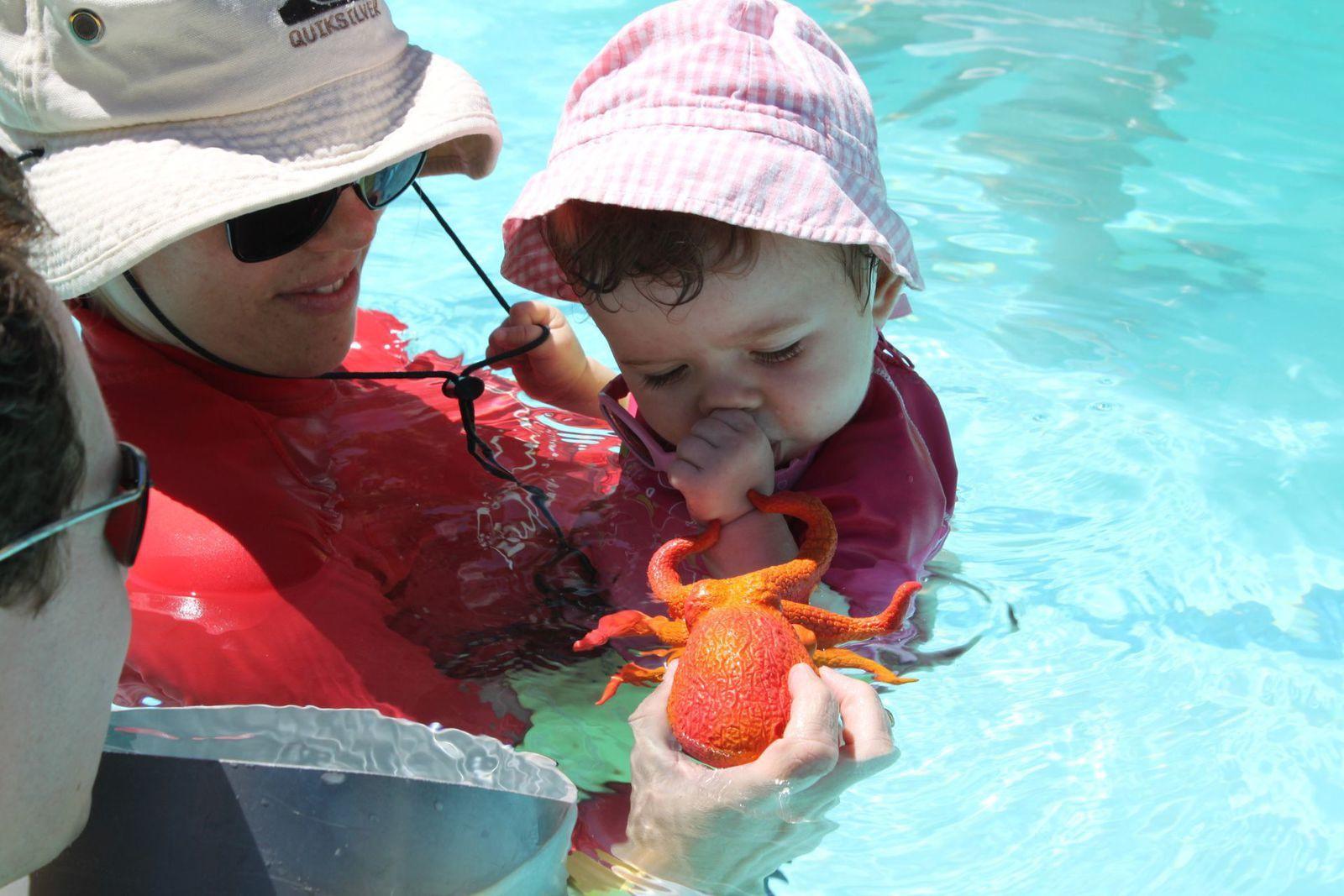Madonie va au bébé nageur le jour de ses 9 mois