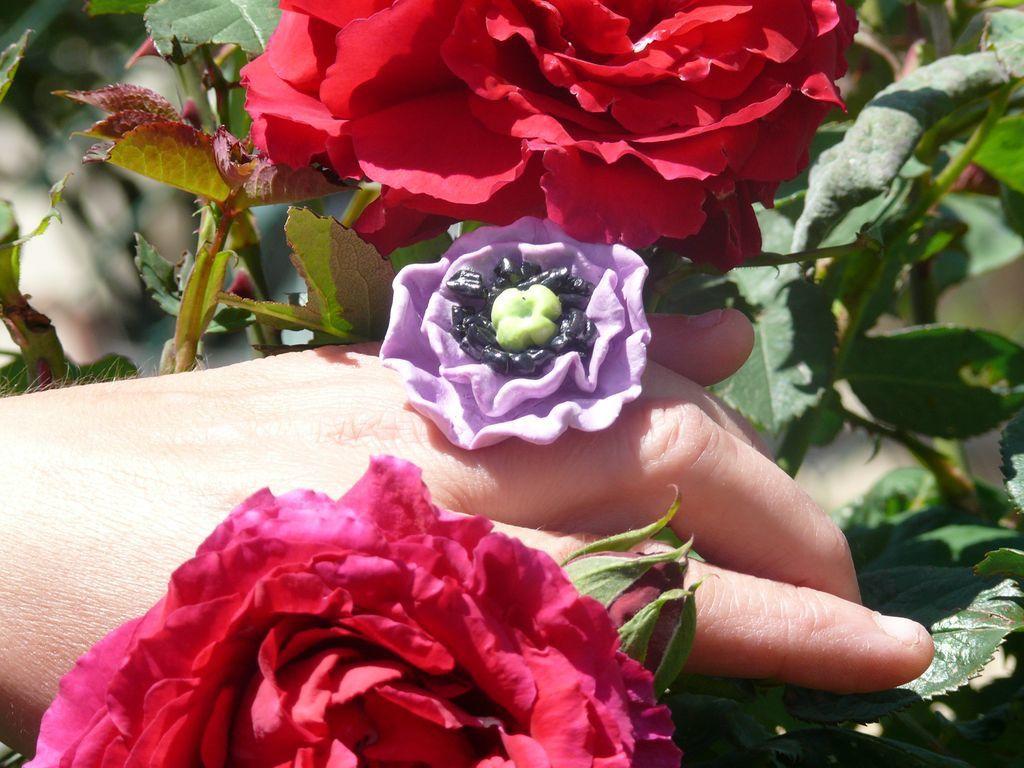 colliers et bagues fleur en porcelaine froide