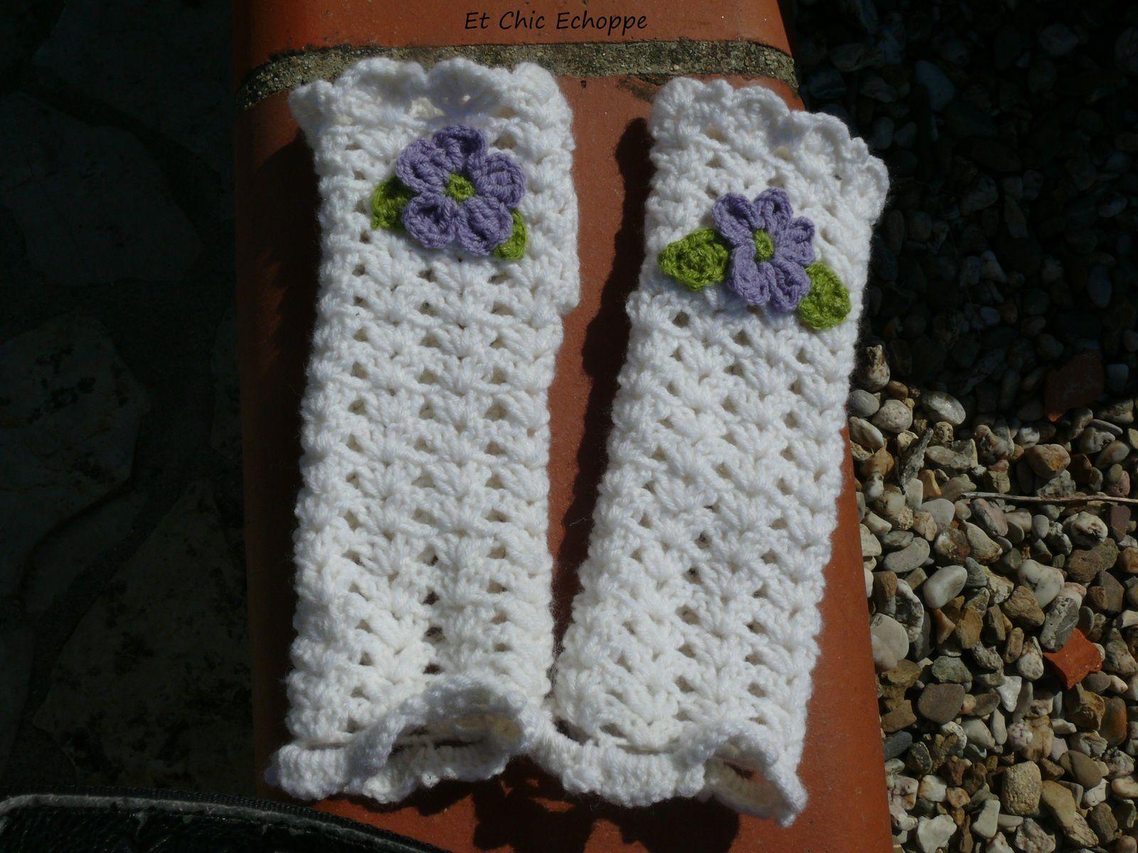 Paire de mitaines fleuries au crochet