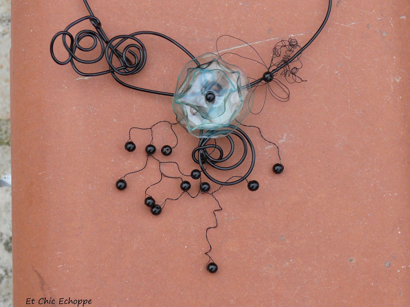 charmante parure en bouteille plastique et perles noires