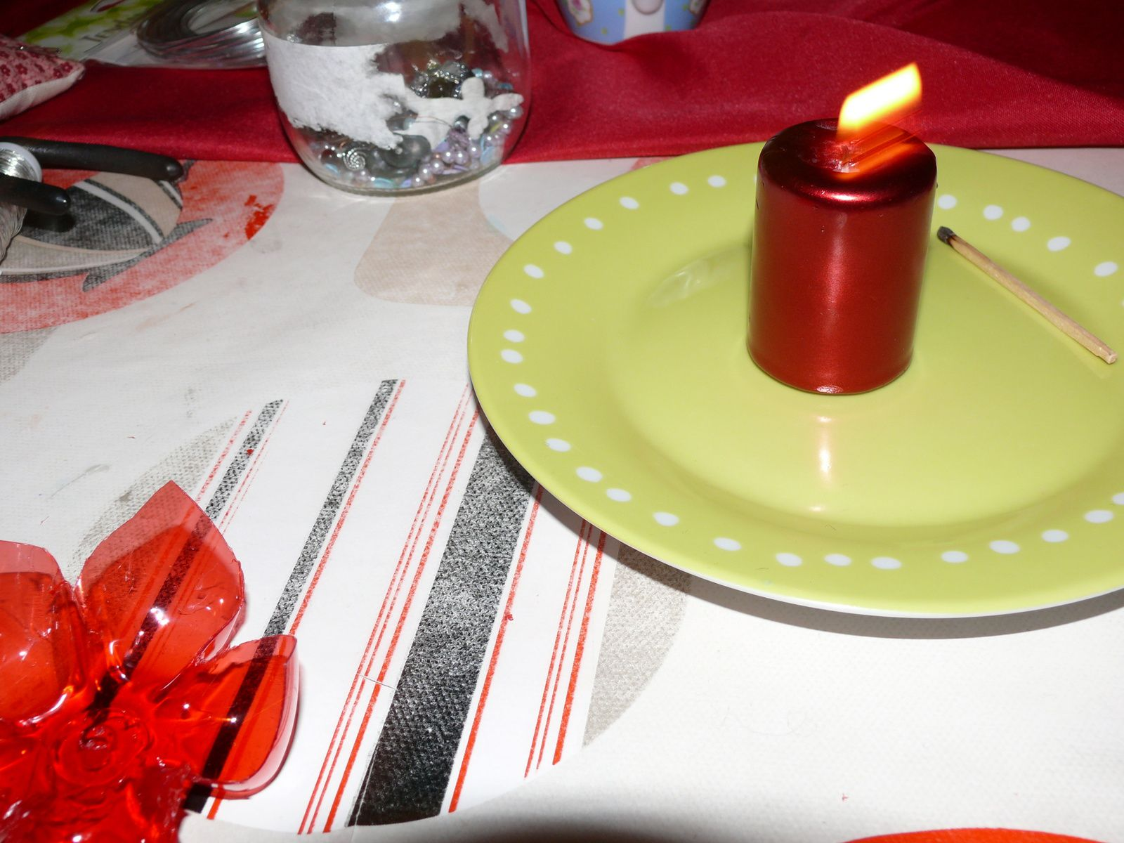 Colliers réalisés avec badoit rouge