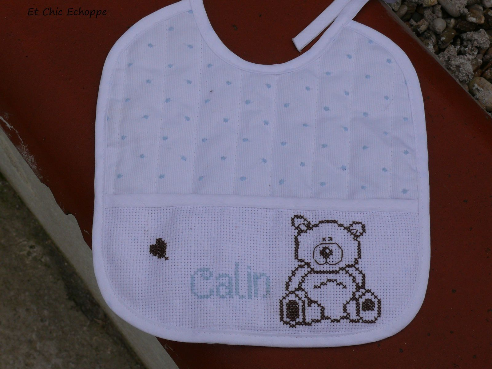 Bavoir brodé ourson calin :  10 euros