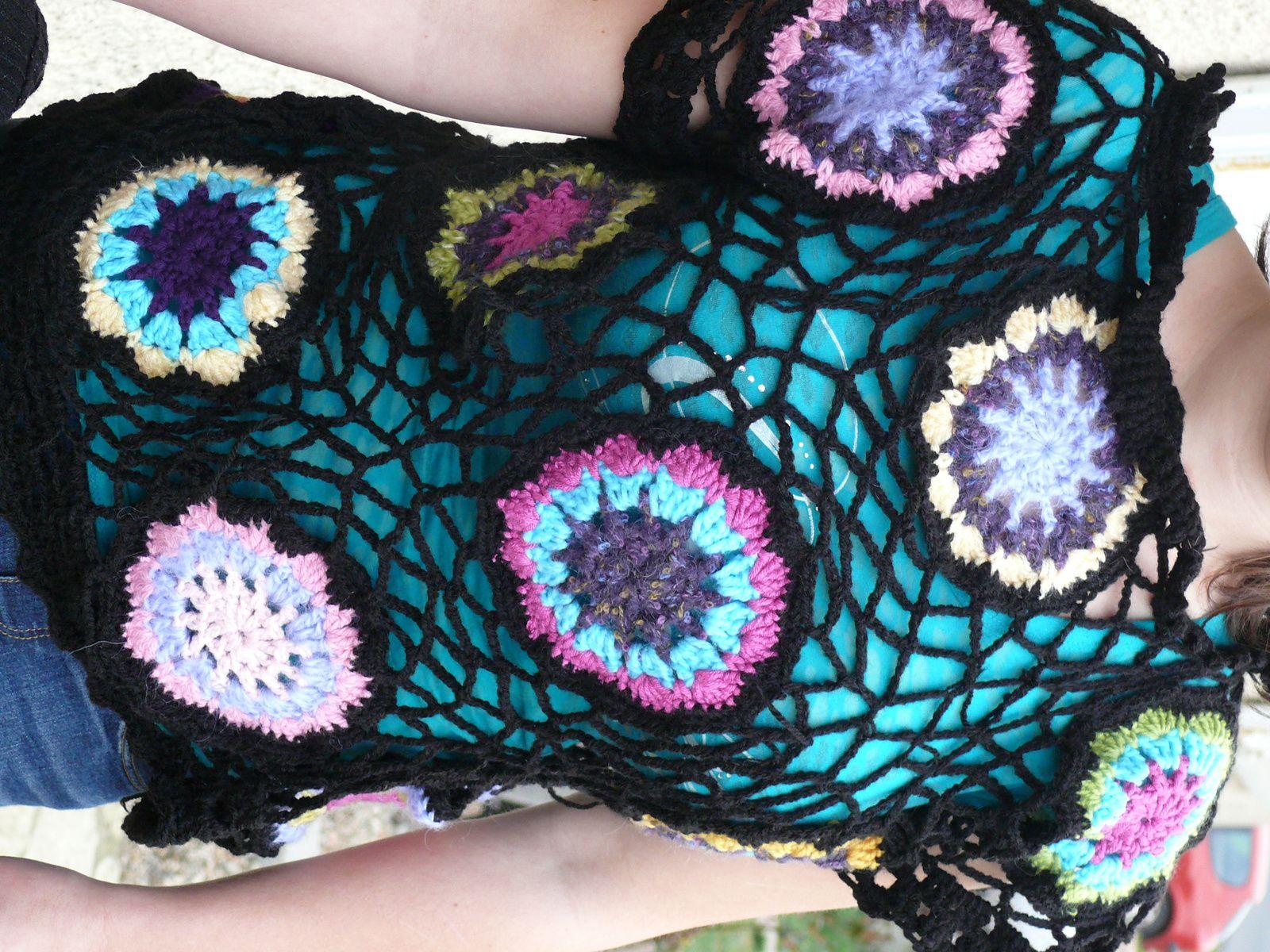 tunique noire aux fleurs multicolores