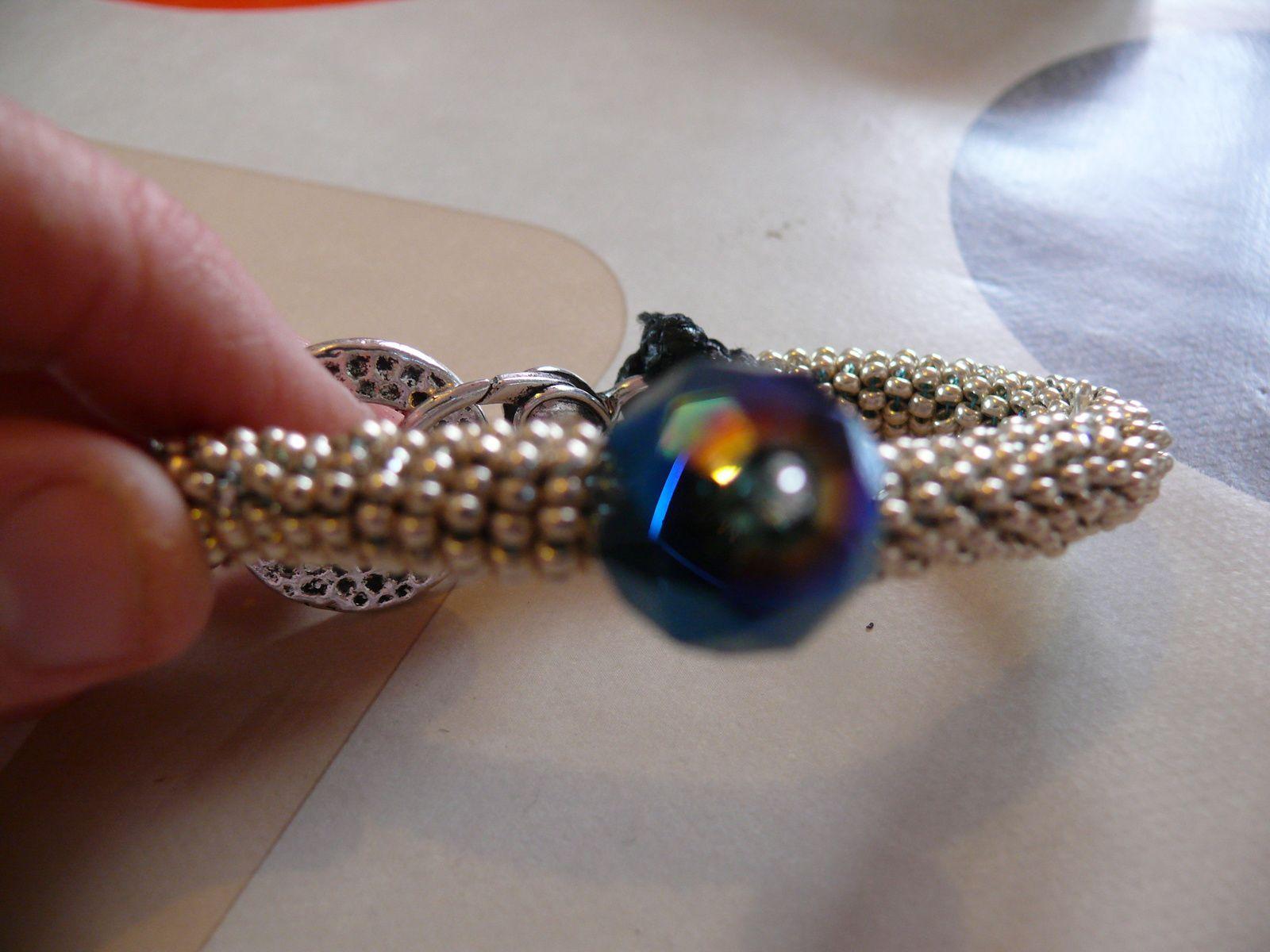 bracelet rocailles argentées et perle noire swaroski
