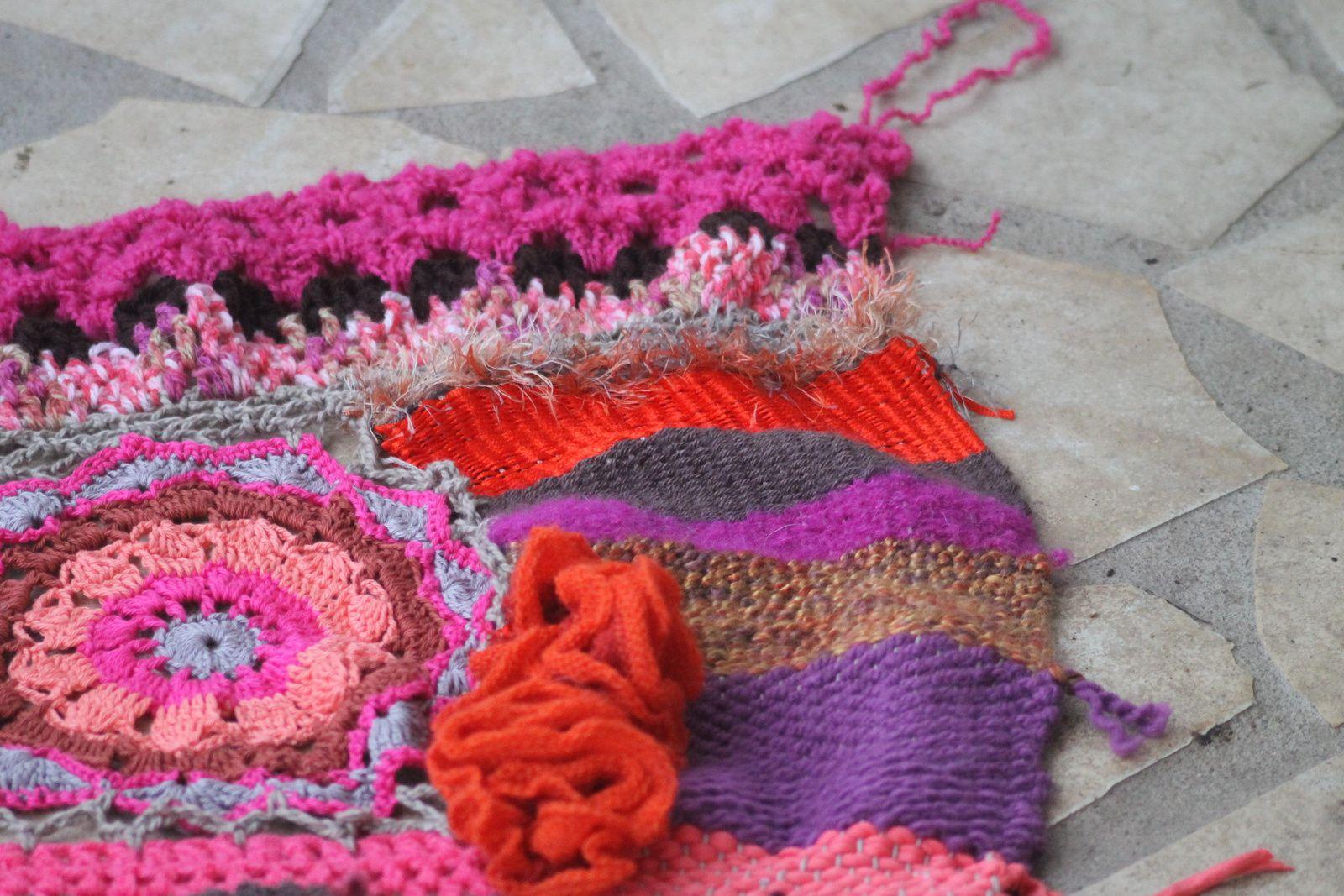pull free form dans les tons orangés et violet