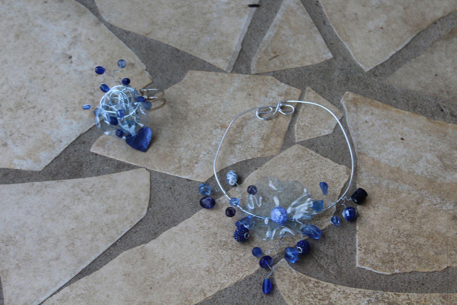collier bleu en bouteille plastique