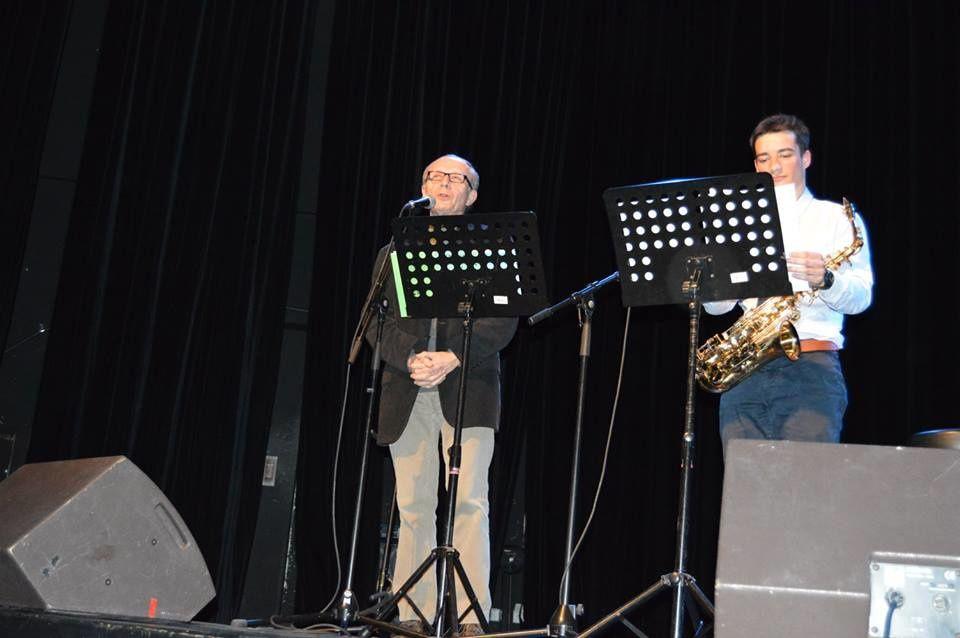 photo prise par l'Asso Marmita lorsque je disais mes poèmes accompagnés par le saxophoniste Hicham lors de la soirée interculturelle à la MJC Bréquigny