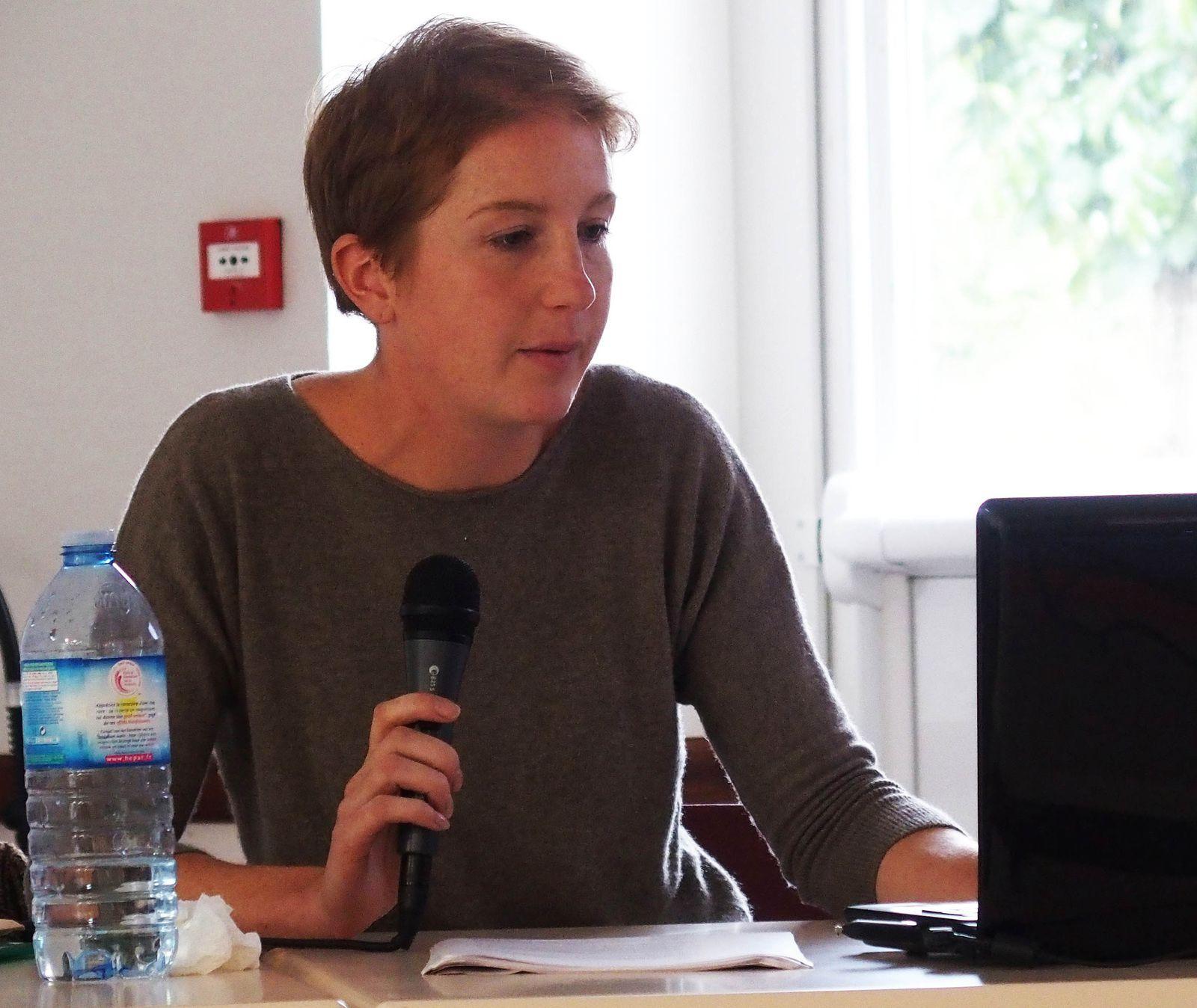 Conférence à Saint-Jacques de Néhou, Anne Sophie Grimard, la conférencière et le public attentif. Clichés Yves Marion, 4 octobre 2014
