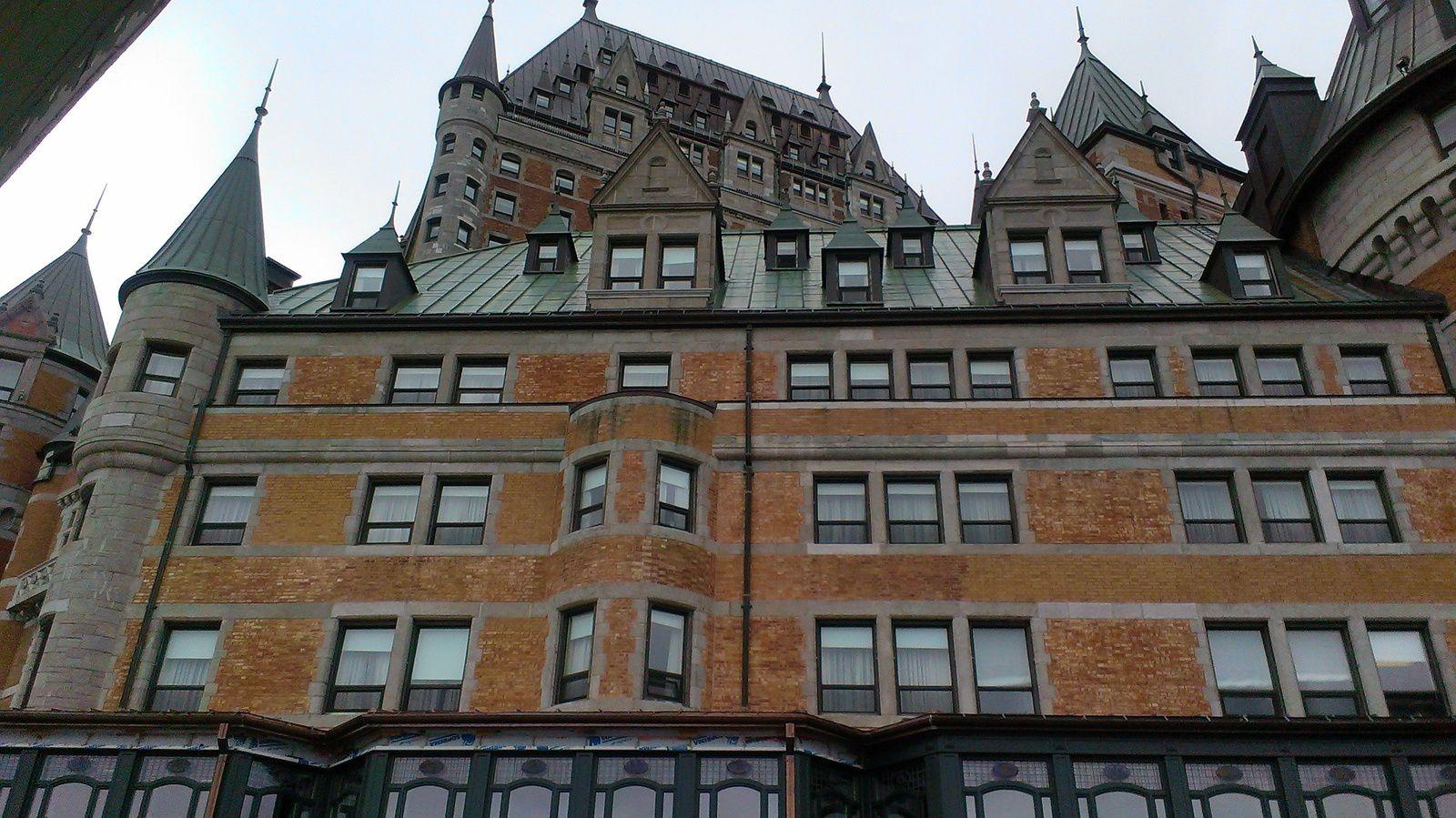 Ici, des photos de la ville de Québec, dont certaines montrant la fresque qui récapitule l'histoire de la ville. (non, mes photos ne sont ni droites, ni cadrées mais je ne me réclamerais jamais d'être une bonne photographe)