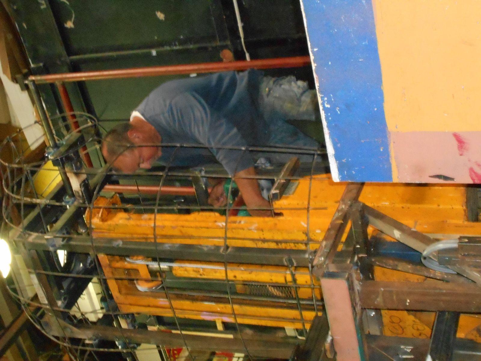 Construction de la structure métallique du corps du personnage du haut