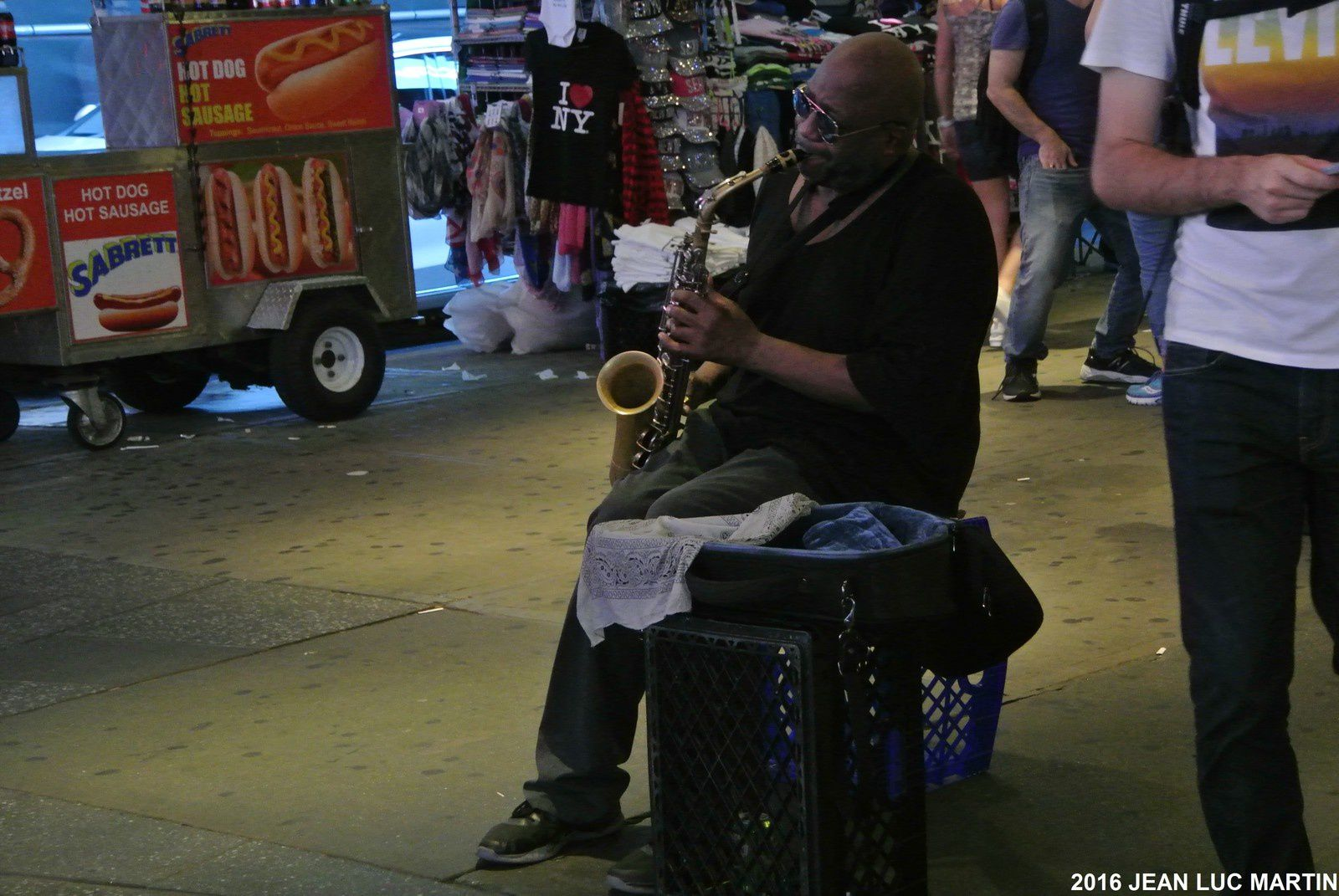 UN SAXOPHONISTE A TIME SQUARE A NEW-YORK
