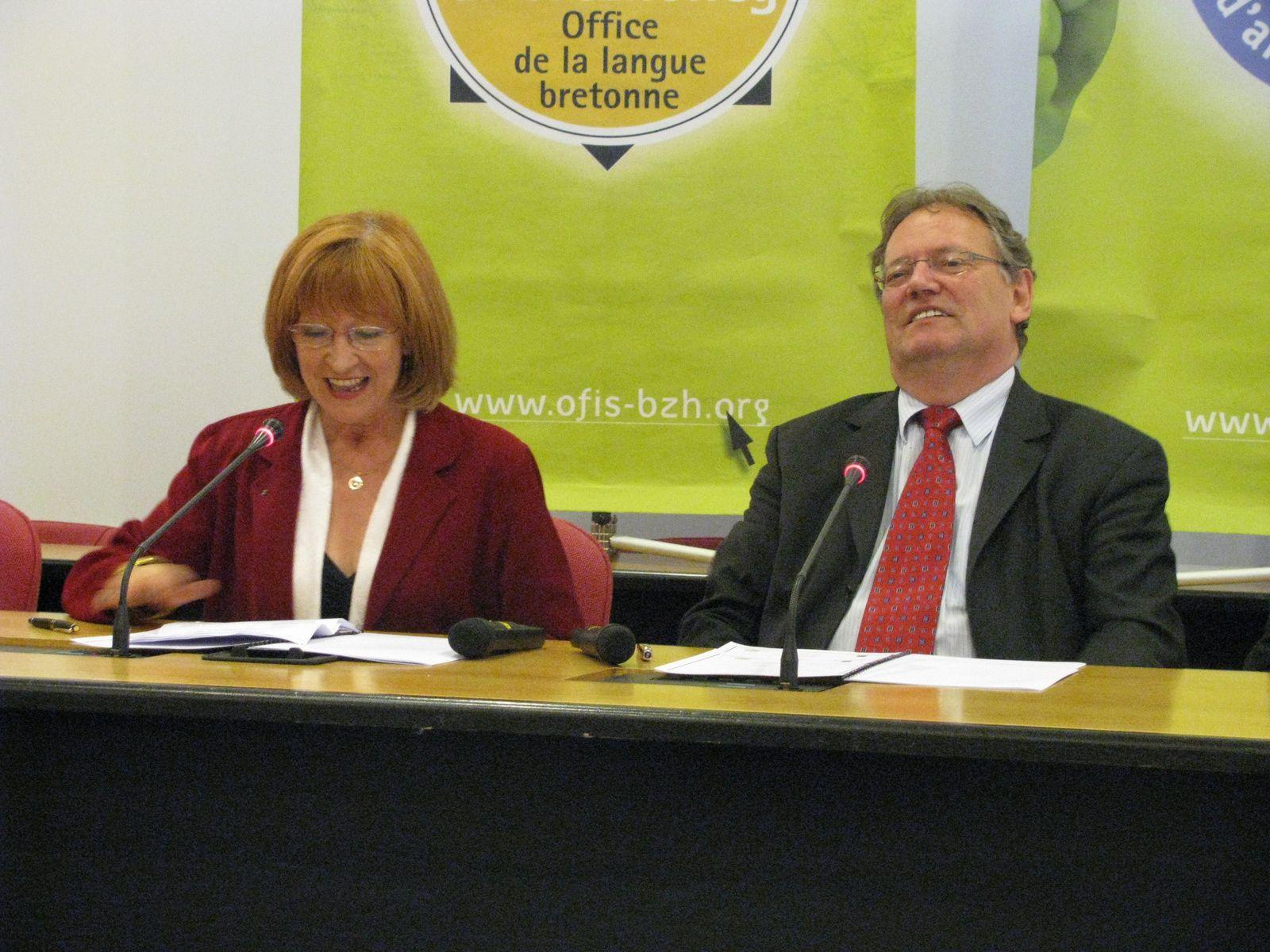 Charles Gautier (ici avec Léna Louarn, présidente de l'Ofis ar brezhoneg) était visiblement détendu et heureux, le 15 mai 2009, lors de la signature pour la Commune de la CharteYa d'ar Brezhoneg. Il n'a pas manqué cette occasion de réaffirmer que Saint-Herblain est une commune bretonne.
