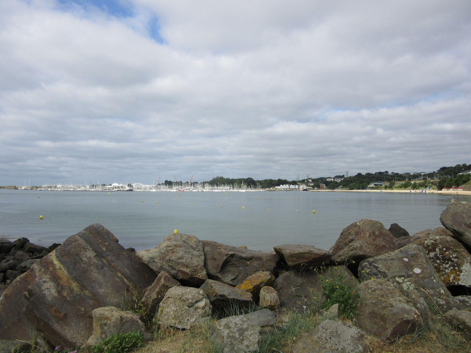 Le port de plaisance de Brest vu de la côte rocheuse du Relecq-Kerhuon, qui ferme à l'est la belle plage dot on aperçoit l'extrémité ouest à mi hauteur à droite.