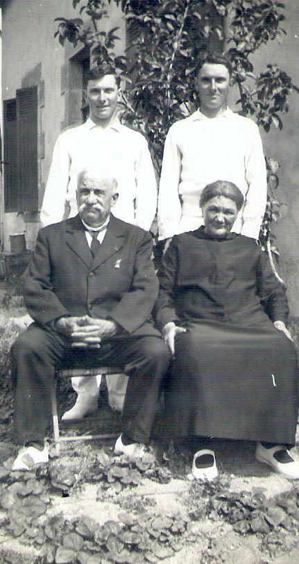 Le couple Pichon-Lacroix, vers 1930, avec mon père Constant (à droite) et son frère jumeau Charles.