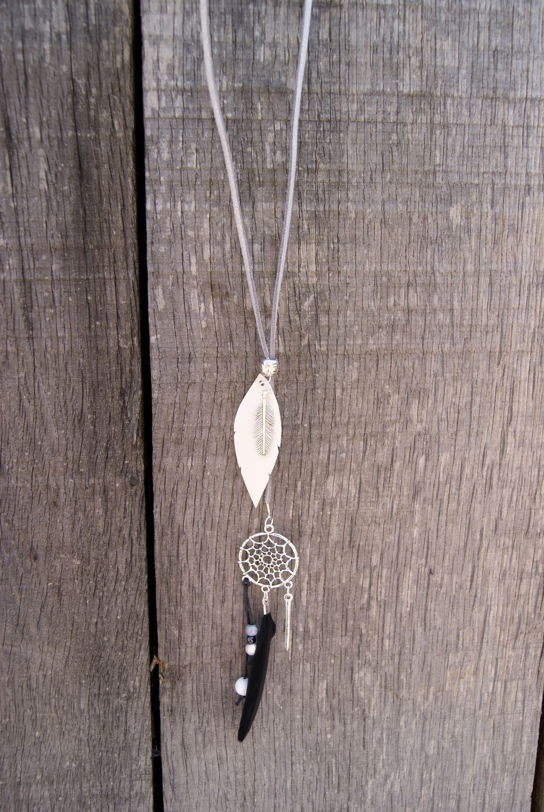 Cordon suédine argent pailleté, plume simili cuir noir ou grise, et plume véritable noire, perles diverses...