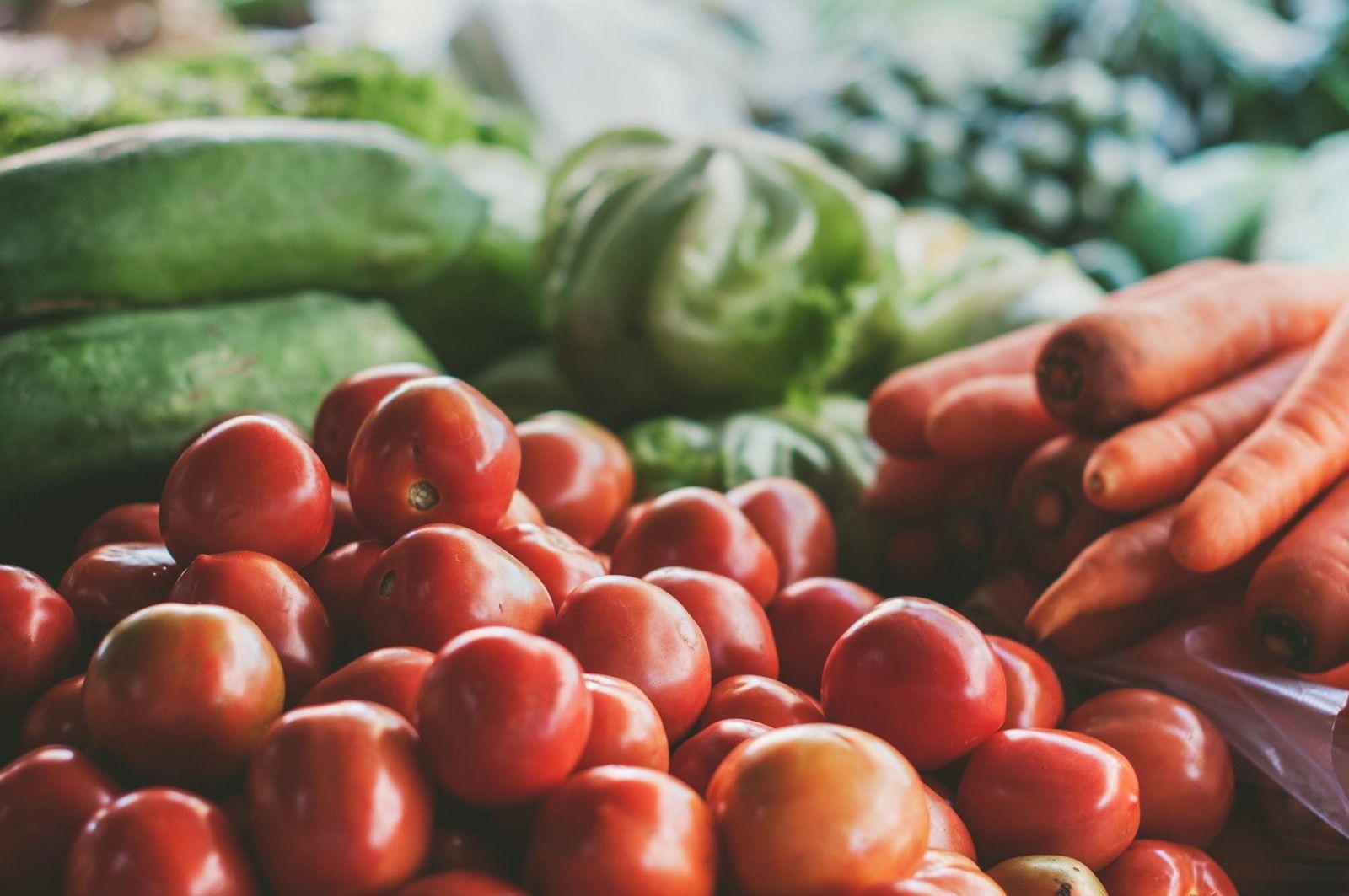 En bio, l'eau est moins gaspillée qu'en conventionnel, les pertes par ruissellement et par lessivage étant moindres. Par ailleurs, en grande culture, l'irrigation est moins souvent pratiquée. Enfin, les consommateurs bio changent leurs habitudes alimentaires. Une étude récente – Bionutrinet - a conclut que les consommateurs bio réguliers mangeaient 35% de viande et de charcuterie en moins que les non consommateurs. Or, la production de viande utilise des quantités d'eau considérables, contrairement aux productions végétales.