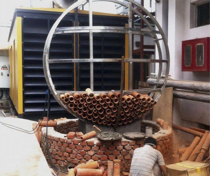 Les tubes d'argile sont installés sur une structure métallique circulaire qui est ensuite déposée dans un bassin qui permet de recueillir l'eau, sur le même principe qu'une fontaine en circuit fermé.