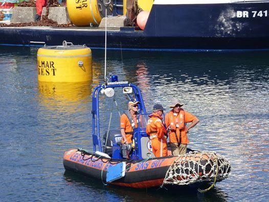 """9, 10 et 11 septembre, exercice Polmar Terre dans le port du Conquet. Le pneumatique SNS 607, """"SNS Deom Dei"""", assure la sécurité sur l'eau."""