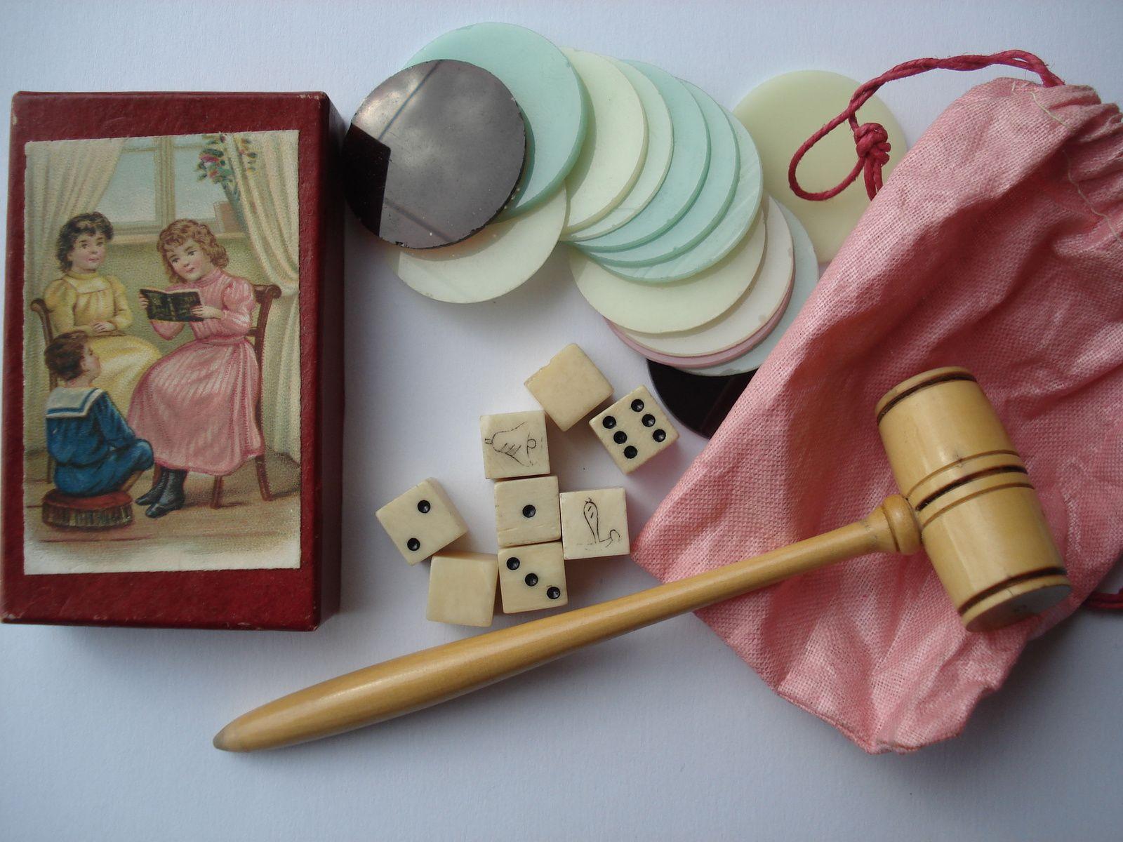 accessoires du jeu du cheval blanc ( 8 dés, marteau du commissaire-priseur )