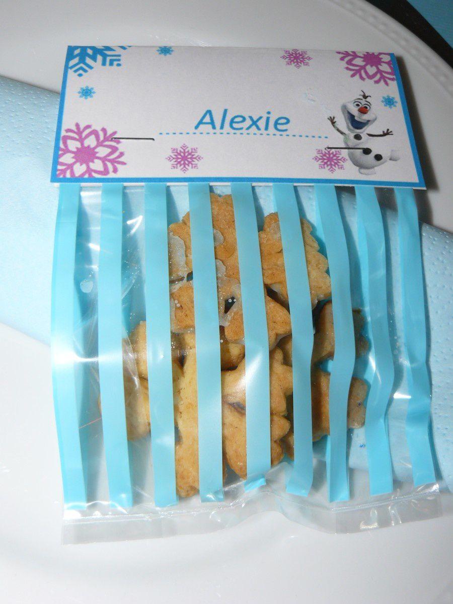 La table et ses flocons de papier, ma composition florale avec les fleurs du jardin, les marque-places : petits sachets de biscuits-flocons.