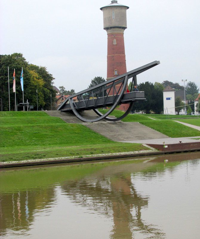 les cygnes du Neckar et le port industriel de Heidelberg sur le Rhin