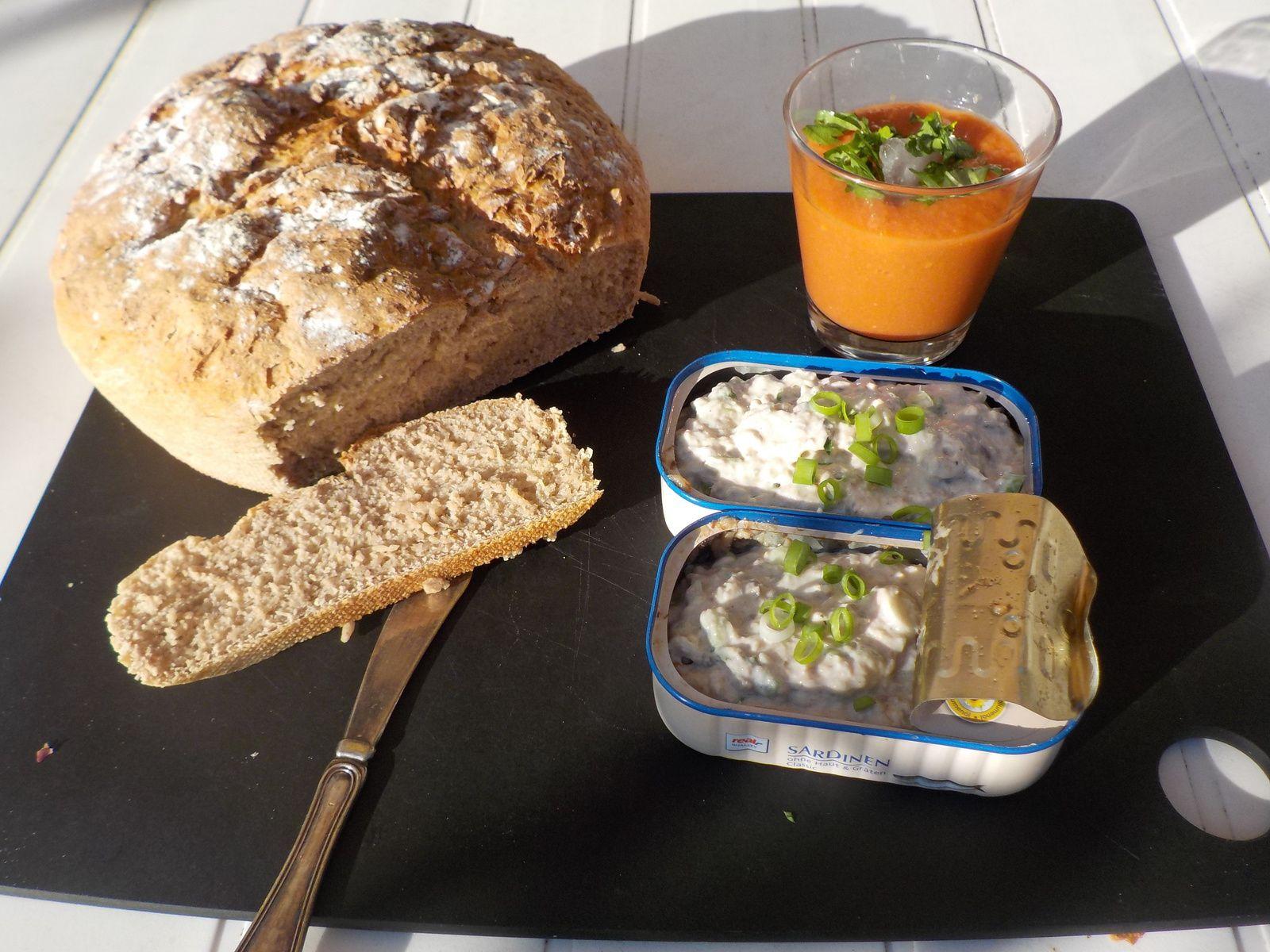 Rillettes servies dans les boites des sardines. Un petit verre de gaspacho permet de manger des légumes et  le pain apporte les féculents.