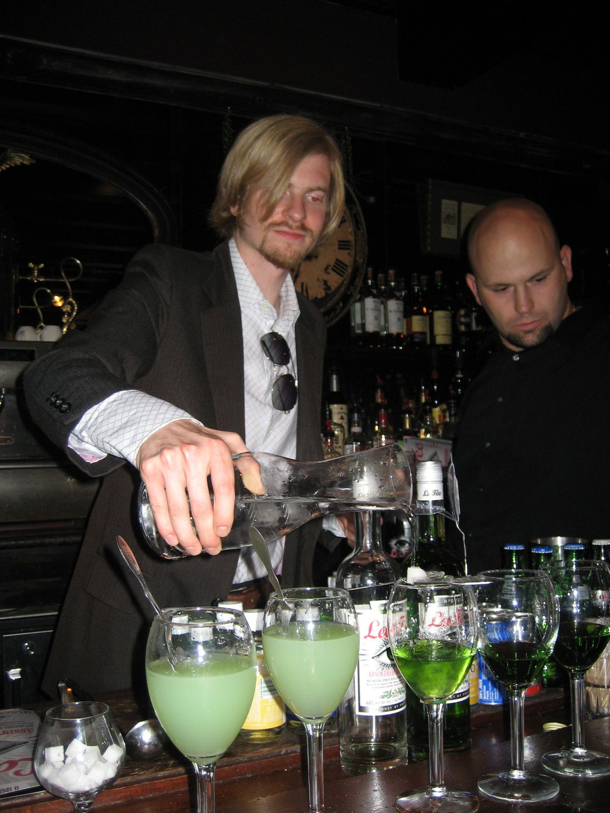 Oscar Dodd, collaborateur de Georges Rowley, servant La Fée au bar de l'Old Absinthe House, juillet 2008.