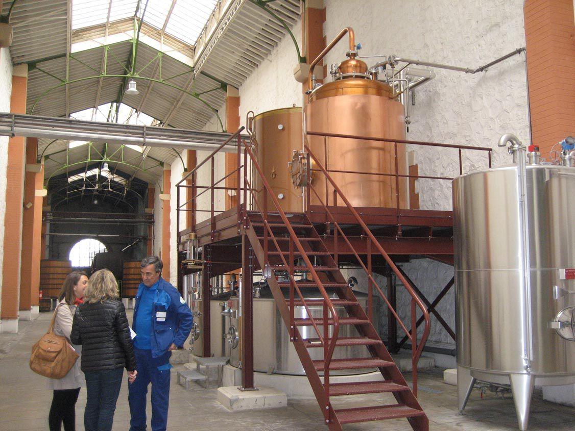 Claudine et Mélanie discutant avec le Maître-distillateur. © Delahaye.