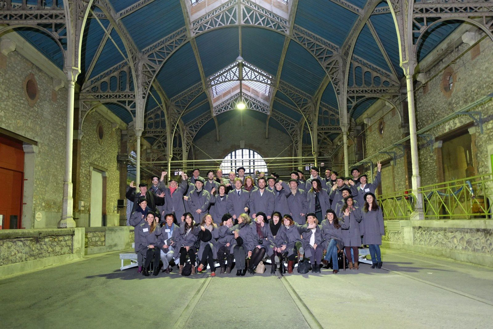 En souvenir de la journée : la photo de classe sous la charpente en acier due à Gustave Eiffel. © photo Pernod.