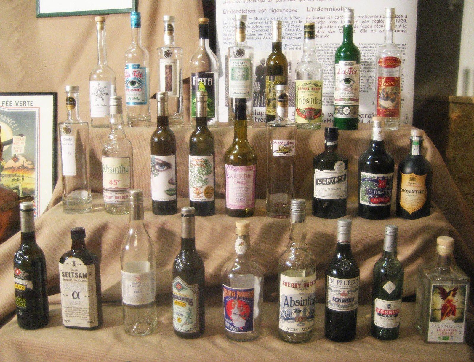 Les 27 bouteilles (vides) participant au concours. Photo Delahaye.