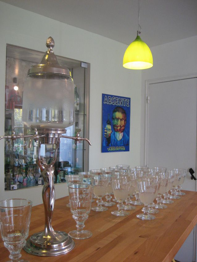 Tout est prêt pour la dégustation, absinthe légère et sirop à l'absinthe pour les plus timides.
