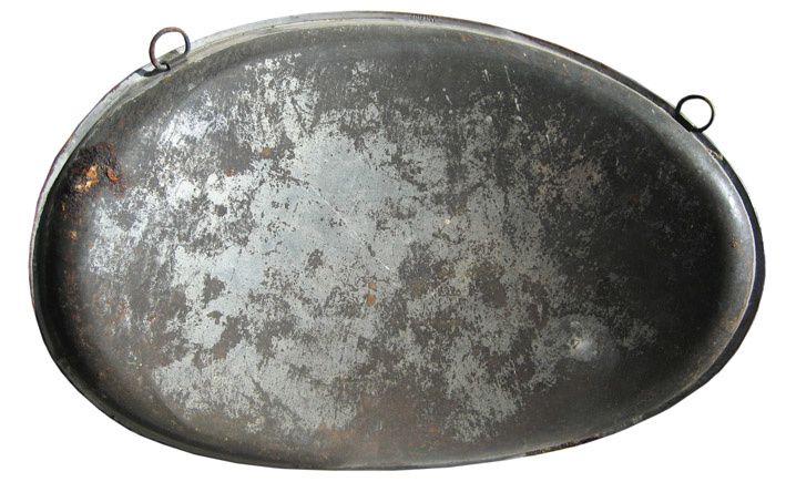 Gourde de contrebande en fer étamé, recto verso. Collection Delahaye.