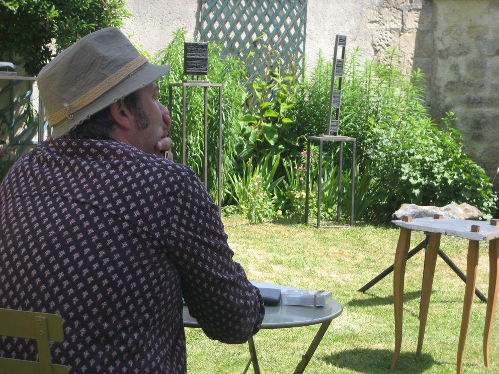 Michel kirsch en pleine rêverie face à ses œuvres. Photo Delahaye.