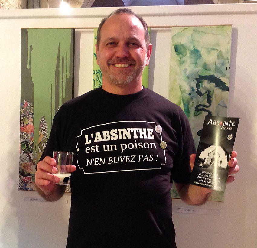 Patrick Grand et le flyer faisant la promotion de sa distillerie. Photo Delahaye.