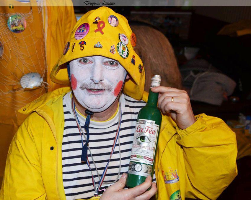 """""""N'a qu'un œil"""" a remporté la bouteille vide, ravi d'avoir la représentation de son surnom ! Photo Pierrot."""