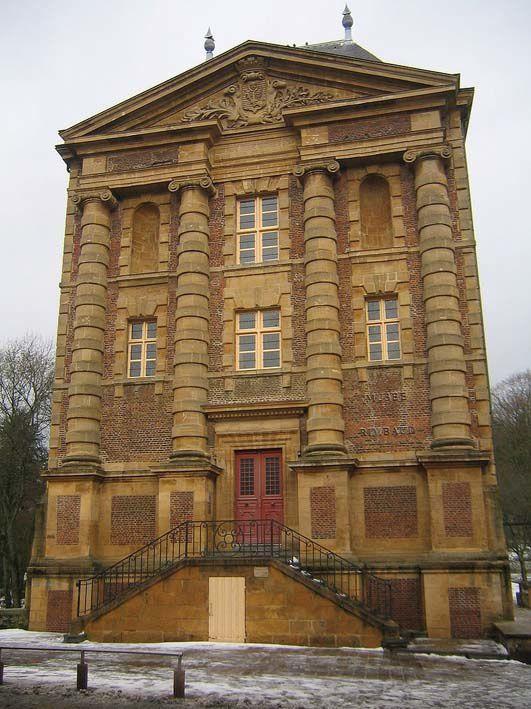 Le Musée Arthur Rimbaud situé dans un moulin datant du XVIIe siècle, installé sur un bras de la Meuse. Photos Wikipedia.